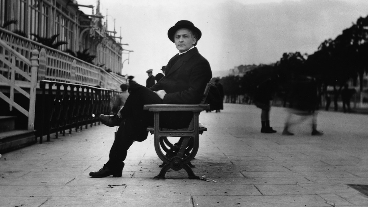Harry Houdini sat on a bench